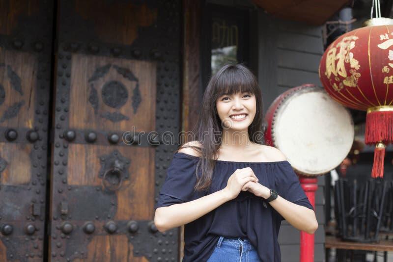 Het portret van glimlachende jonge Aziatische vrouw geniet van in de stad van China stock fotografie