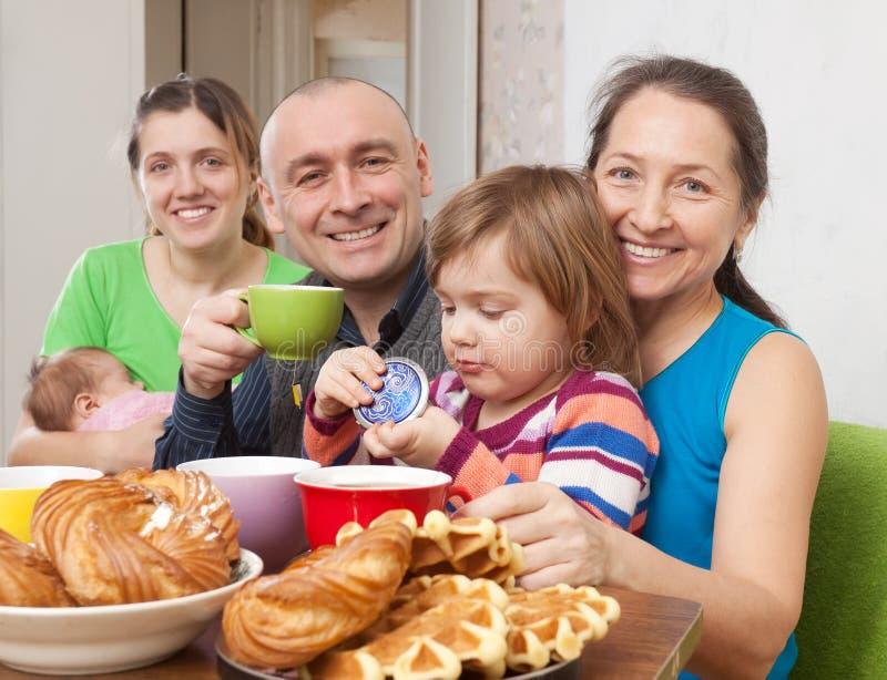 Het portret van happfamilie drinkt thee stock fotografie
