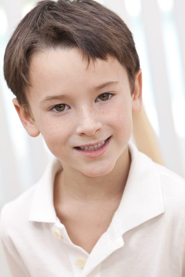 Het Portret van Headshot van een Gelukkige Glimlachende Jonge Jongen stock afbeeldingen