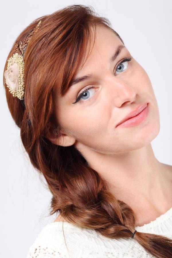 Het portret van het close-up van glimlachende jonge Kaukasische vrouw royalty-vrije stock afbeeldingen