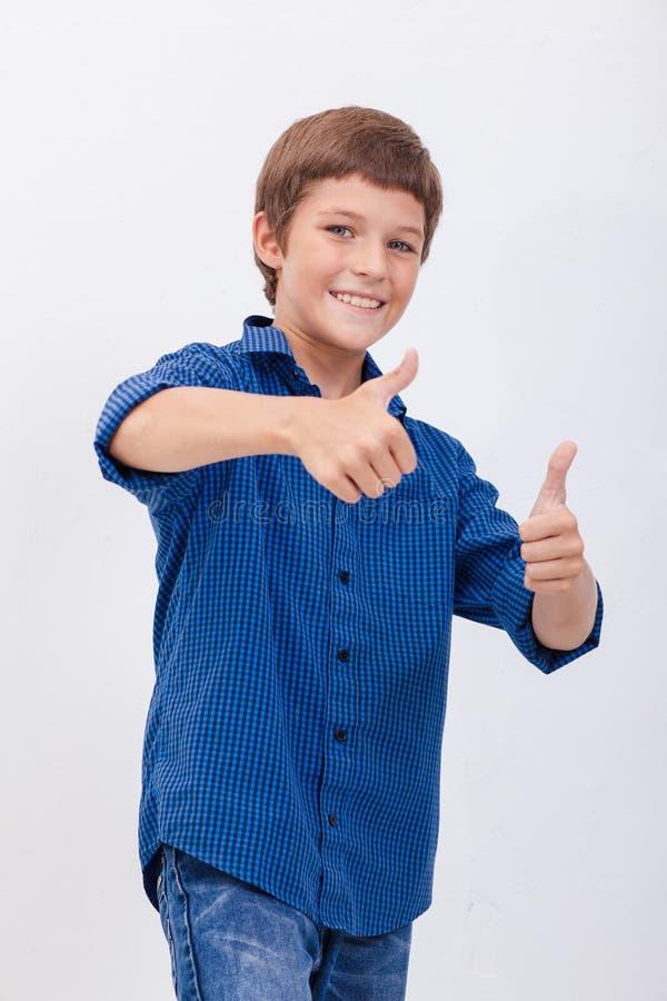 Het portret van het gelukkige jongen tonen beduimelt omhoog gebaar royalty-vrije stock afbeeldingen