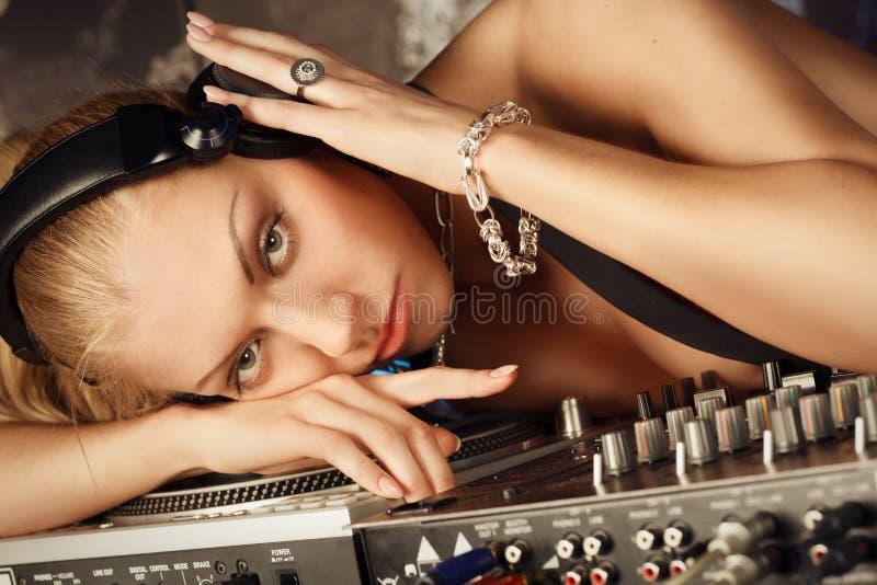 Het portret van het gezicht van jonge blonde nadenkende dame DJ stock foto