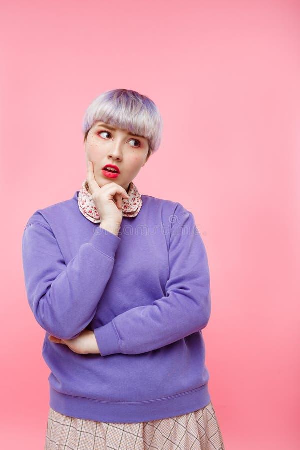 Het portret van het manierclose-up van benieuwd zijnd mooi dollishmeisje met kort licht violet haar die lilac sweater over dragen stock afbeeldingen