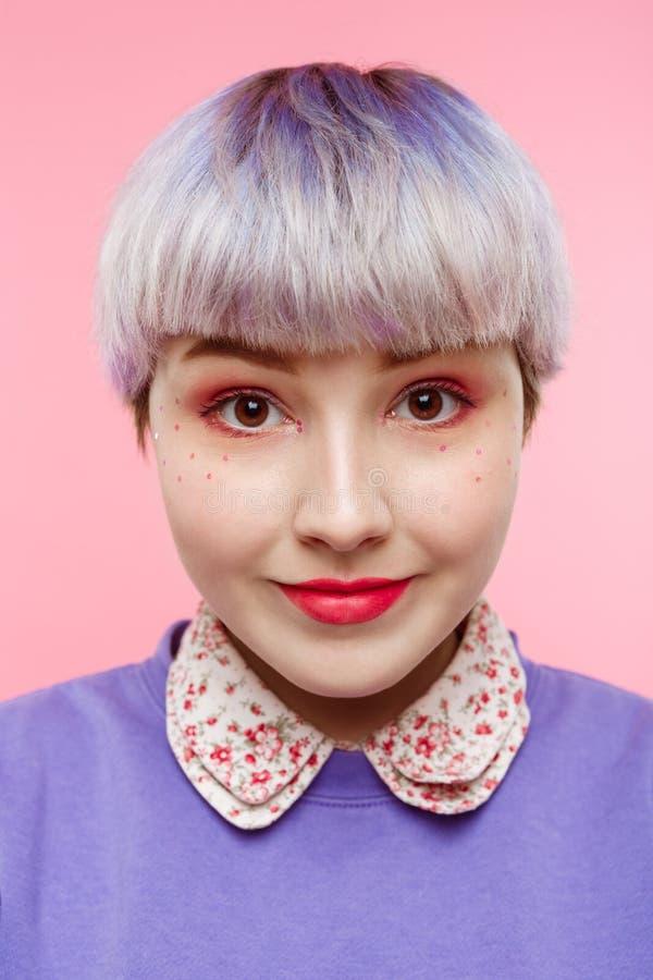 Het portret van het manierclose-up van het smling van mooi dollishmeisje met kort licht violet haar die lilac sweater over roze d royalty-vrije stock foto's