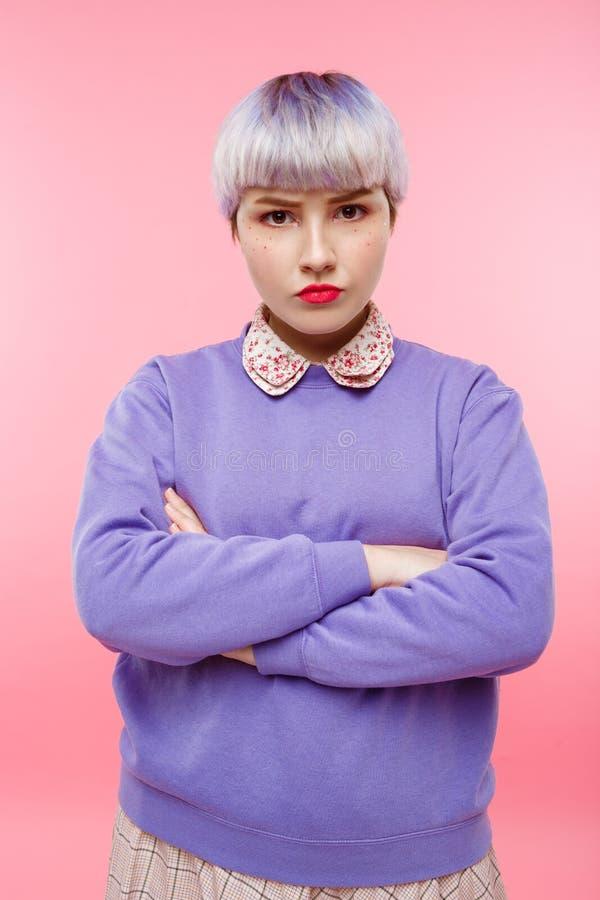 Het portret van het manierclose-up van zeker mooi dollishmeisje met kort licht violet haar die lilac sweater over dragen stock afbeelding