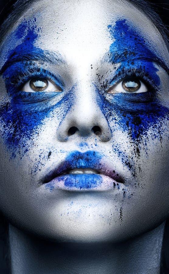 Het portret van het mannequinmeisje met kleurrijk poeder maakt omhoog schoonheid stock foto