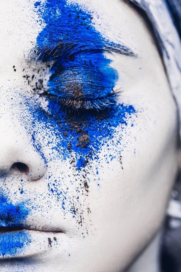 Het portret van het mannequinmeisje met kleurrijk poeder maakt omhoog vrouw met heldere blauwe make-up en witte huid Abstracte Fa royalty-vrije stock foto's
