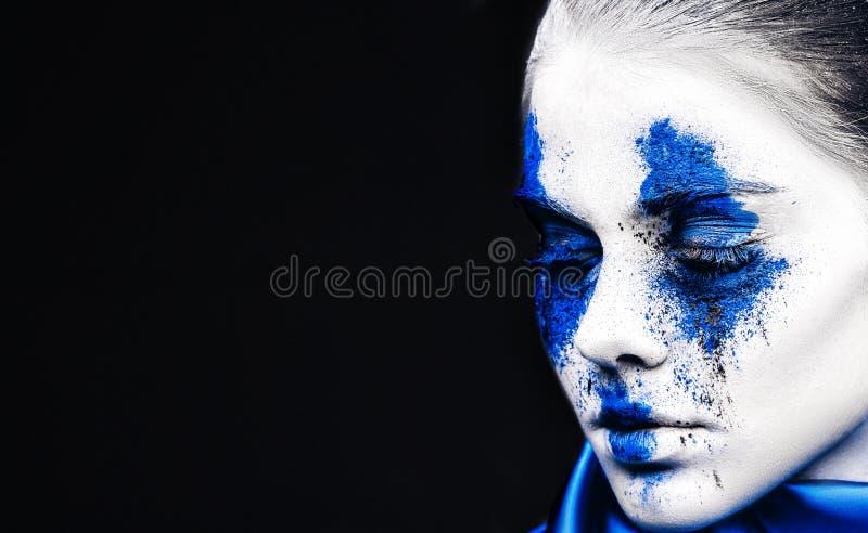 Het portret van het mannequinmeisje met kleurrijk poeder maakt omhoog vrouw met heldere blauwe make-up en witte huid Abstracte Fa stock afbeelding