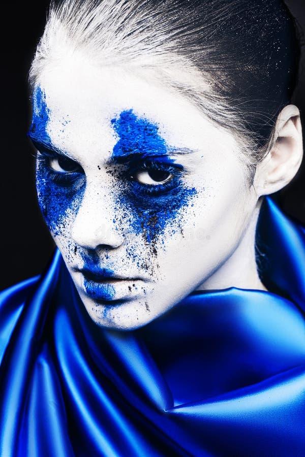 Het portret van het mannequinmeisje met kleurrijk poeder maakt omhoog vrouw met heldere blauwe make-up en witte huid Abstracte Fa stock afbeeldingen