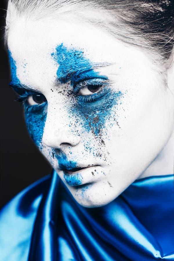 Het portret van het mannequinmeisje met kleurrijk poeder maakt omhoog vrouw met heldere blauwe make-up en witte huid Abstracte Fa royalty-vrije stock afbeelding