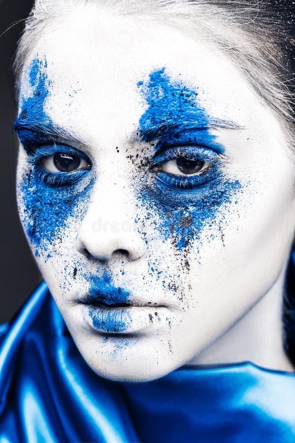 Het portret van het mannequinmeisje met kleurrijk poeder maakt omhoog vrouw met heldere blauwe make-up en witte huid Abstracte Fa stock fotografie