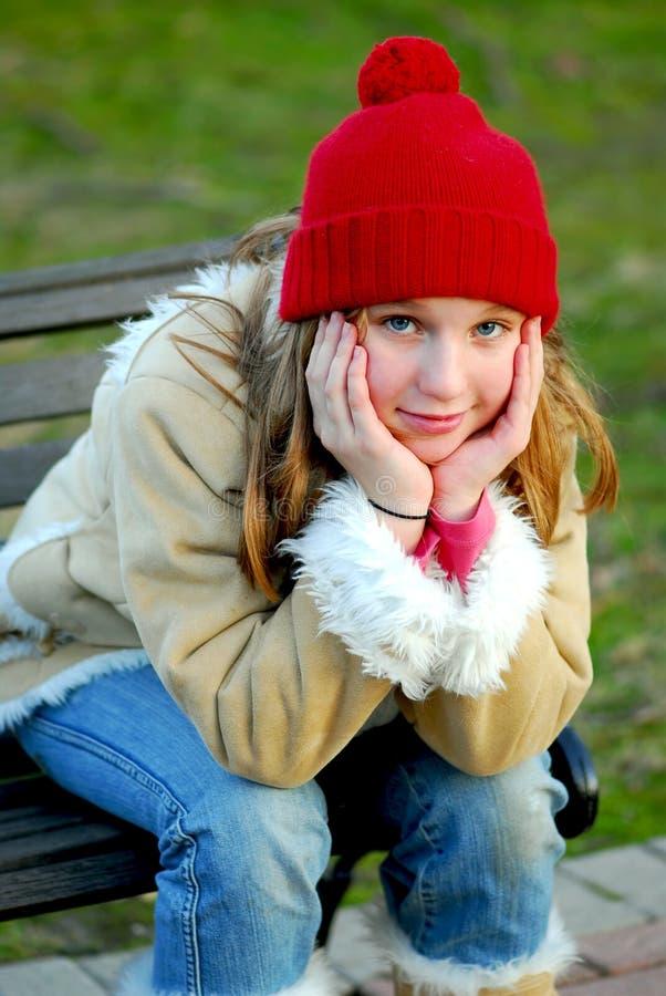 Het portret van het meisje buiten royalty-vrije stock afbeelding