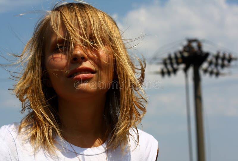 Het portret van het meisje op hemelachtergrond royalty-vrije stock foto's