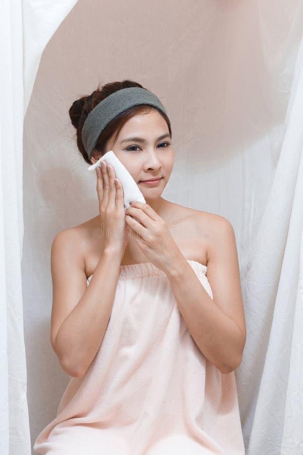 Het portret van het meisje in Thais kuuroord stock foto's