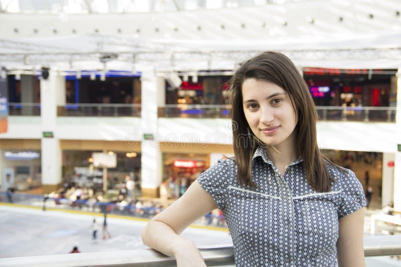 Het Portret van het meisje in Winkelcomplex stock foto's