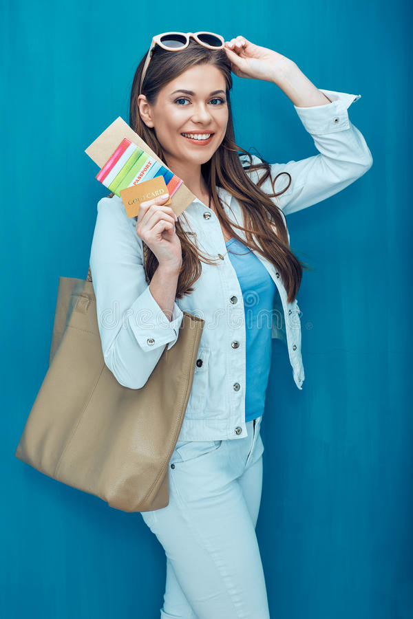 Het portret van het reisconcept van het glimlachen van het paspoort van de vrouwenholding met t royalty-vrije stock foto's