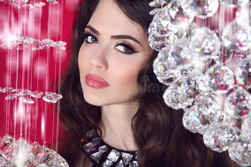 Het portret van het schoonheids glam meisje makeup Sensuele lippen Het donkere Haired Model van de Lingerie stock afbeelding