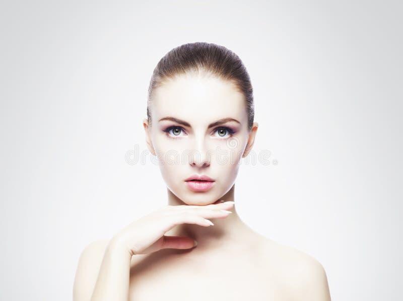 Het portret van het schoonheidsclose-up van mooi, vers en gezond meisje H stock afbeelding