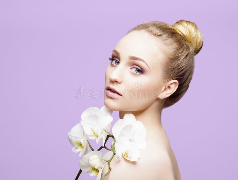 Het portret van het schoonheidsclose-up van mooi, vers en gezond meisje ov stock afbeeldingen