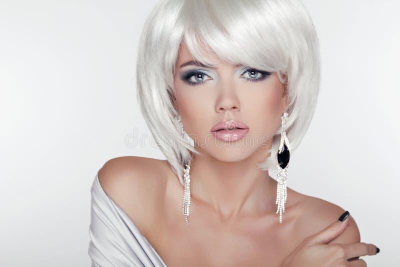 Het Portret van het schoonheidsmeisje met Make-up en Wit Kort Haar die E tonen stock foto