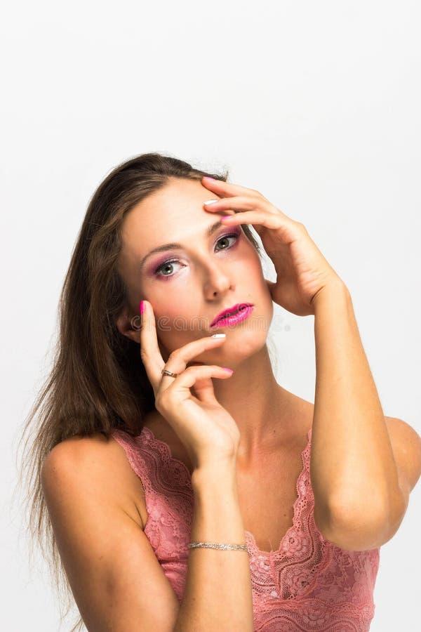 Het Portret van het schoonheidsmeisje Mooie jonge vrouw die op witte achtergrond wordt geïsoleerde royalty-vrije stock afbeeldingen