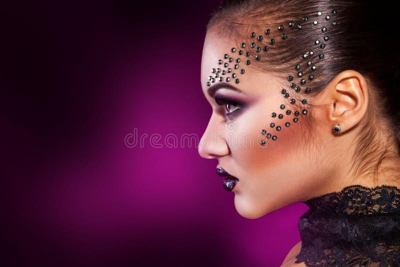 Het portret van het schoonheidsprofiel van meisje op purpere achtergrond stock fotografie