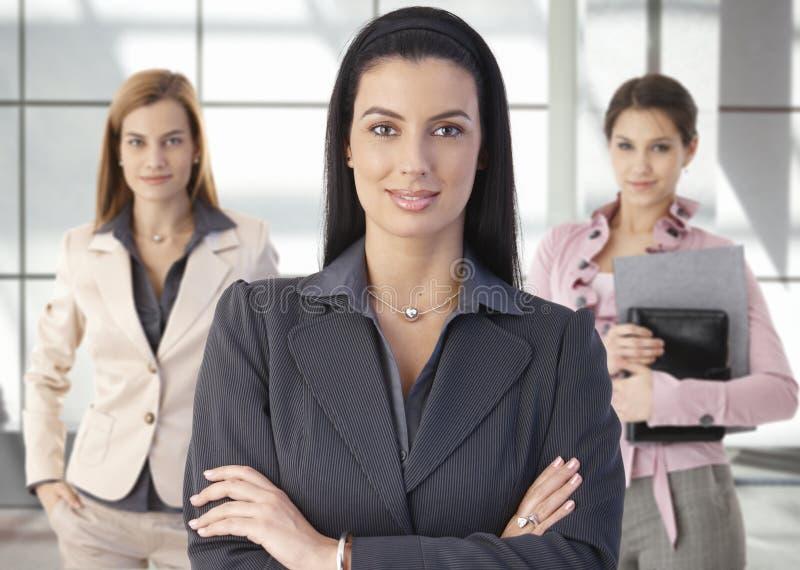 Het portret van het team van gelukkige onderneemsters in bureau royalty-vrije stock afbeelding