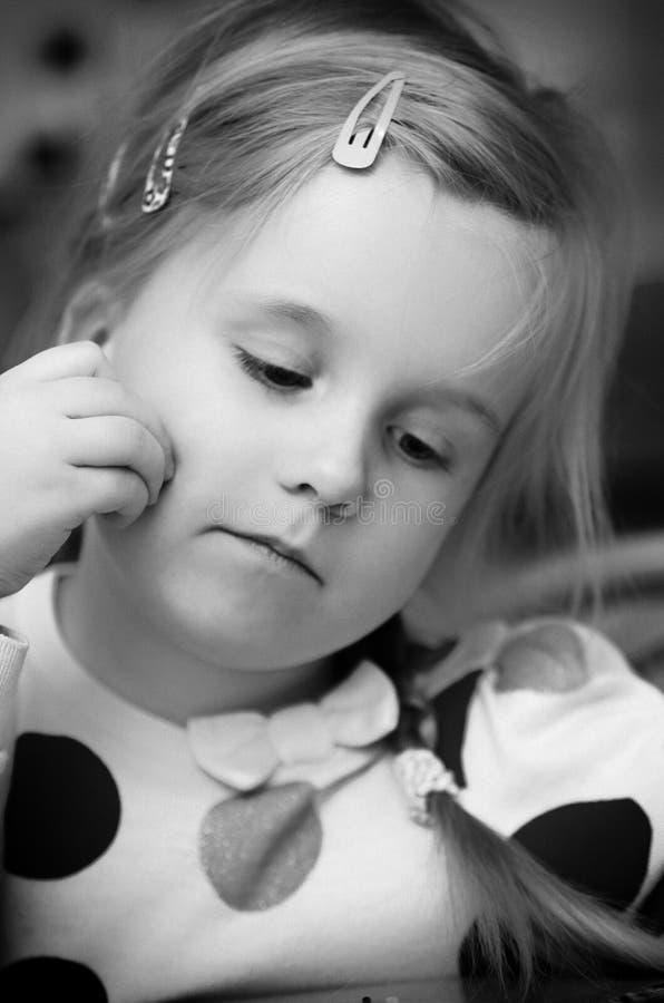 Het portret van het vier éénjarigenmeisje in zwart-wit royalty-vrije stock afbeelding