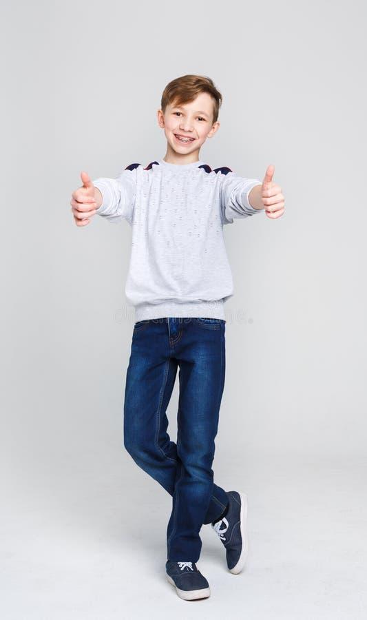 Het portret van het vrolijke jongen tonen beduimelt omhoog gebaar royalty-vrije stock foto's
