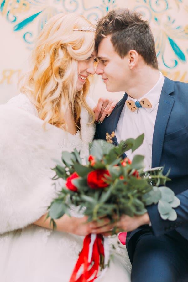 Het portret van huwelijkspaar met rode rozen sluit omhoog royalty-vrije stock foto