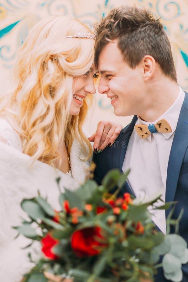 Het portret van huwelijkspaar met rode rozen sluit omhoog stock afbeelding