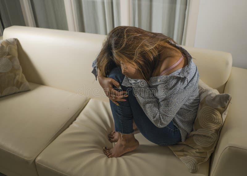 Het portret van het jonge droevige en gedeprimeerde meisje wanhopig schreeuwen gaat liggen thuis het voelen van gebroken hart die royalty-vrije stock foto's