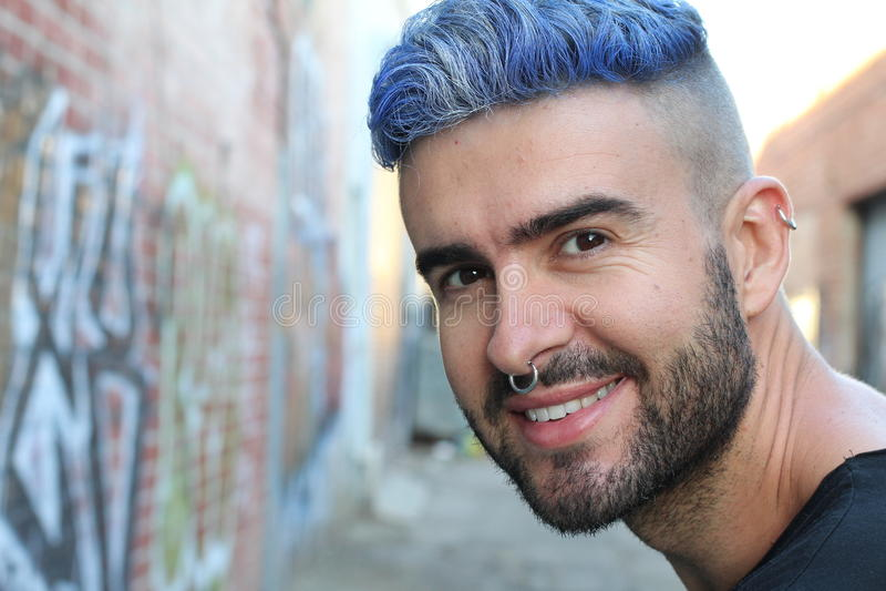 Het portret van jonge mooie bluehead modieuze jongen met luim kijkt glimlachend royalty-vrije stock foto