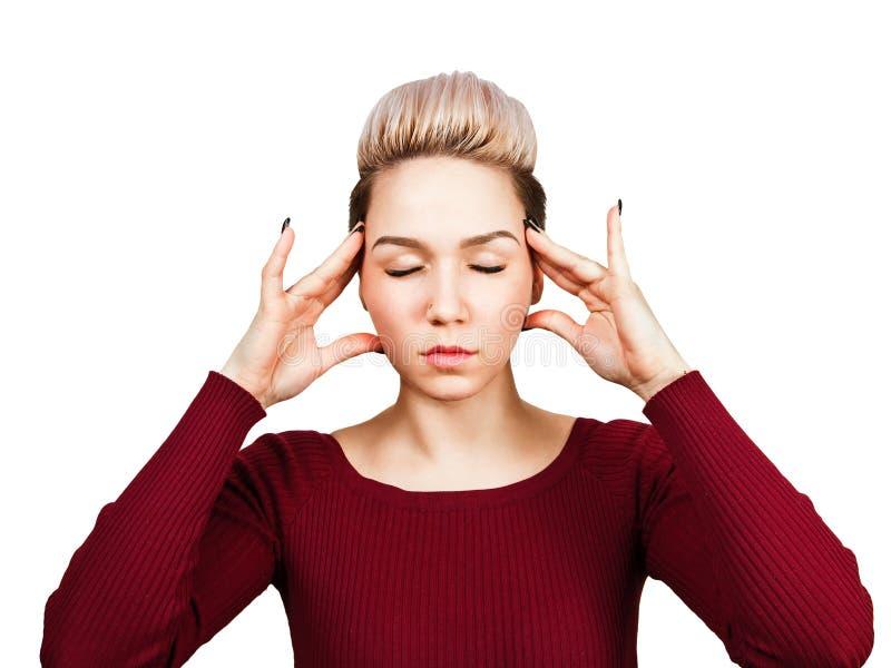 Het portret van jonge mooie die vrouw heeft hoofdpijn, op witte achtergrond wordt geïsoleerd stock afbeelding