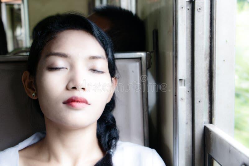 Het portret van jonge vrouwenslaap in de trein stock fotografie