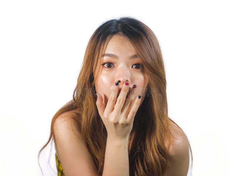 Het portret van jongelui schokte en verraste mooie Aziatische Koreaanse vrouw behandelend mond met indient ongeloof en verrassing stock afbeeldingen