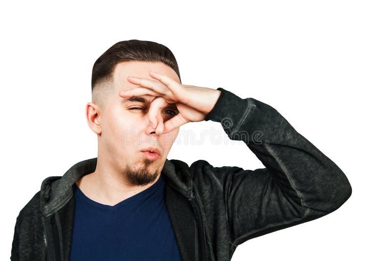 Het portret van Kaukasische kerel, dichte neus, stinkt Mens die op witte achtergrond wordt ge?soleerdp royalty-vrije stock foto