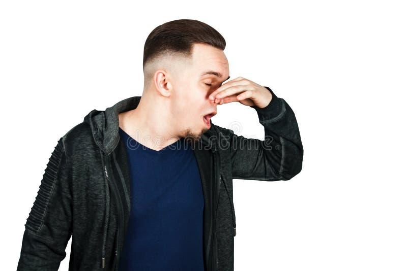 Het portret van Kaukasische kerel, dichte neus, stinkt Mens die op witte achtergrond wordt ge?soleerdp royalty-vrije stock foto's