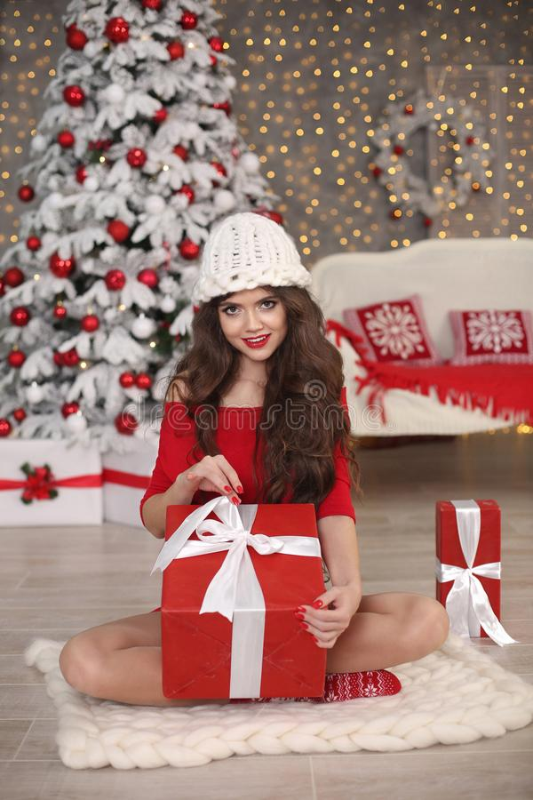 Het portret van het Kerstmismeisje in de winterhoed Mooie santavrouw pre stock foto's