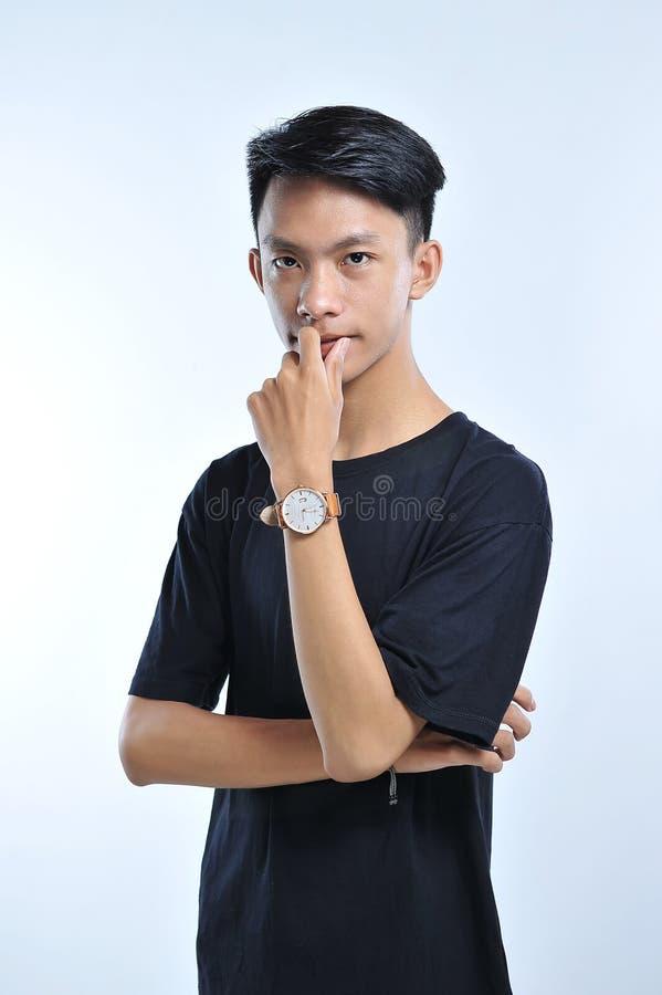 Het portret van het knappe jonge Aziatische mens toevallig doen stelt royalty-vrije stock foto