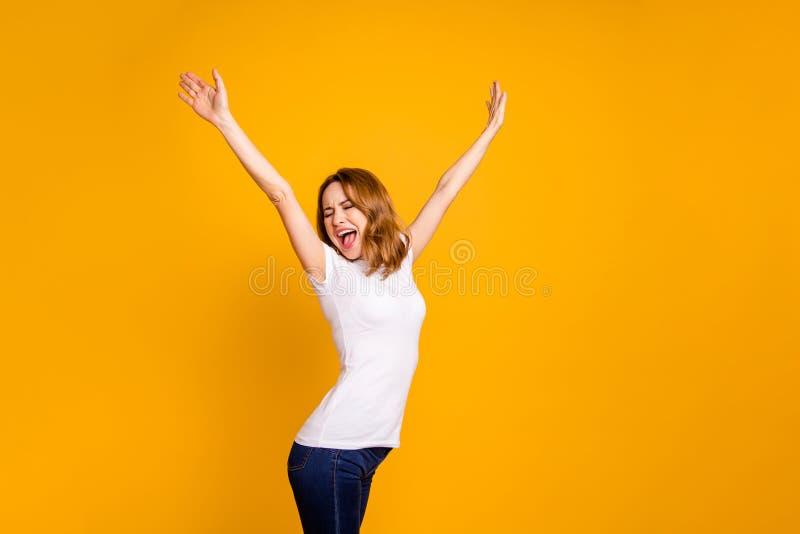 Het portret van leuke aardige vrij aantrekkelijke dameschreeuw schreeuwt verhogingshanden vindt de blije inhoudsreis van vakantie stock afbeeldingen