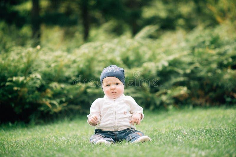 Het portret van leuke baby met grote blauwe ogen kleedde zich in wit overhemd, stock foto