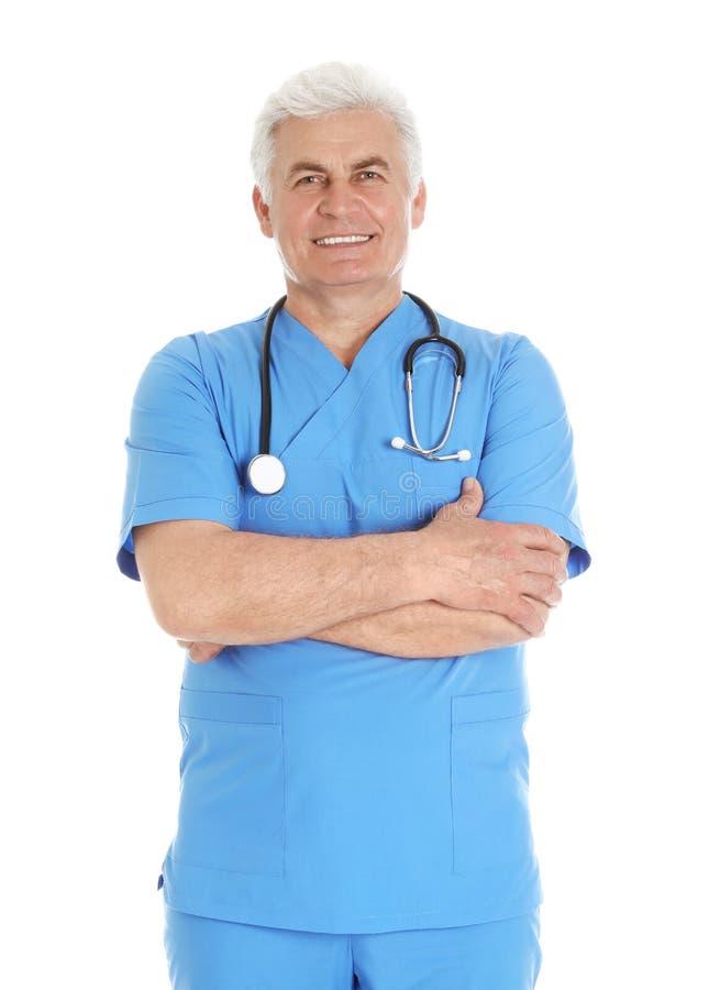 Het portret van mannelijke arts schrobt binnen met stethoscoop die op wit wordt geïsoleerd stock foto's