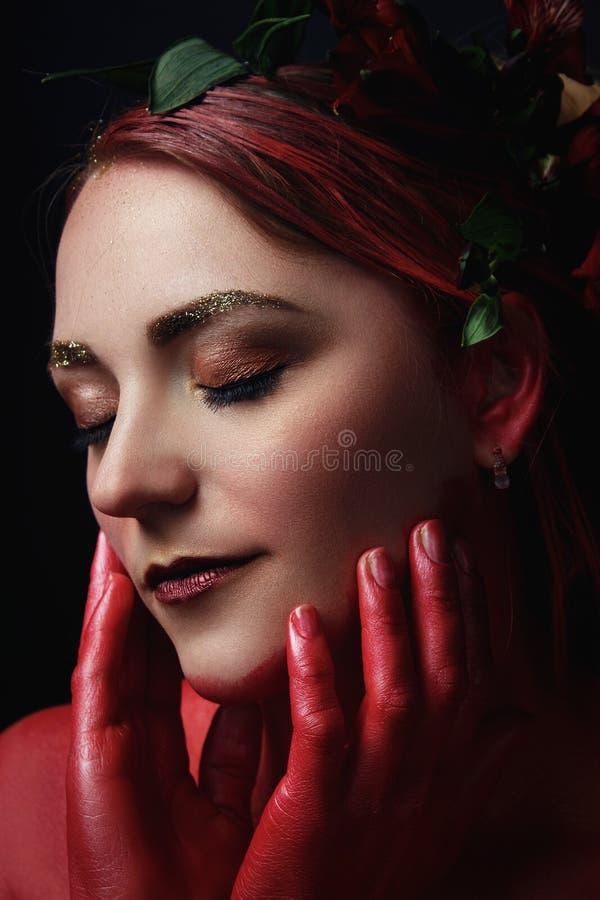 Het portret van het mannequinmeisje met kleurrijk maakt omhoog stock afbeelding