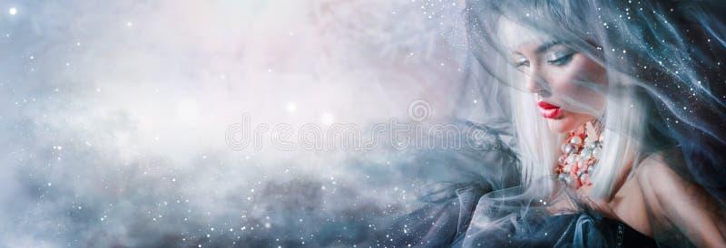 Het portret van het mannequinmeisje Schoonheidsvrouw met witte haar en de wintermake-up royalty-vrije stock foto