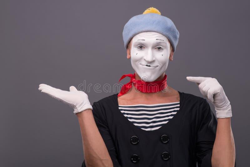Het portret van mannetje bootst met grijze hoed en wit gezicht na stock fotografie