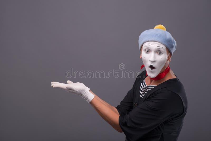 Het portret van mannetje bootst met grijze hoed en wit gezicht na stock afbeelding
