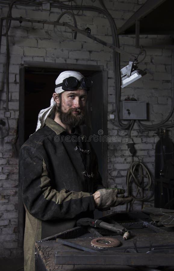 Het portret van metaalarbeider die het snijden op staalplaat cre voorbereiden stock foto's