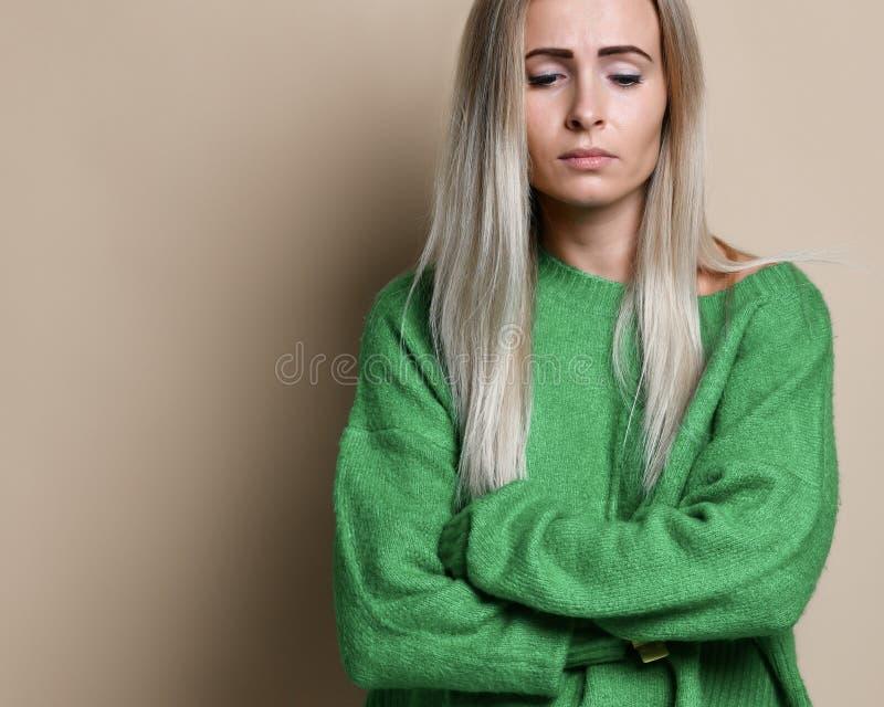 Het portret van mooi meisje met blonde recht haar verstoorde ernstig en betrokken gezichtsvrouw stock afbeeldingen