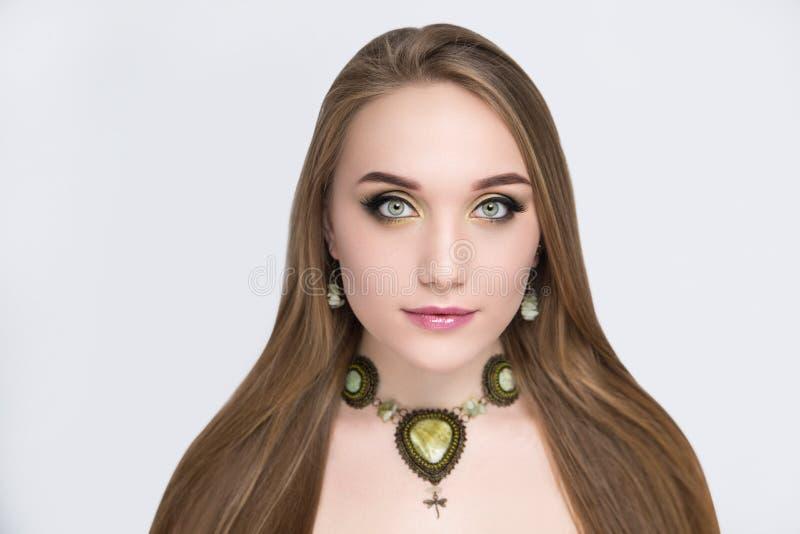 Het portret van mooi meisje met helder maakt omhoog stock foto's
